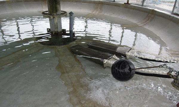 電子式水垢機,電極透過特殊的處理,把溶於水中的水垢吸附於網上,將系統中的水垢去除。