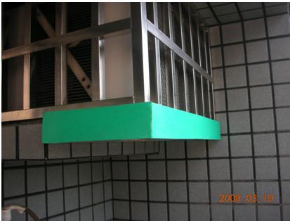 窗型冷氣支撐架使用綠色十全龍背膠保溫板防撞