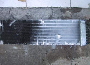 左邊:未使用ALUNER68鋁鰭片清洗劑,右邊:使用ALUNER68鋁鰭片清洗劑清洗後。